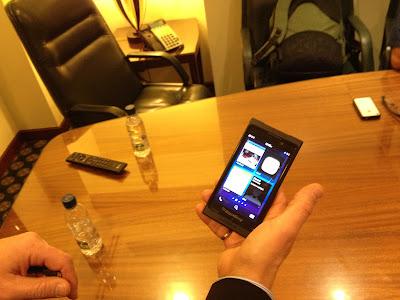 """El esperado Blackberry 10 ya se deja ver. Directivos de RIM acompañados del presidente y CEO de la empresa, Thorstein Heins, visitaron Caracas para mostrar las bondades del nuevo dispositivo que estará disponible en el mercado después del 30 de enero de 2013. «Se trata de una nueva plataforma. No es un nuevo sistema operativo es otra plataforma totalmente distinta y un cambio gigante para la empresa. Ya no habrá reloj, ni teléfonos que se cuelgan. El cambio será notable"""", indicó Heins durante una breve entrevista. @BlackBerryVzla con Thorstein Heins CEO de RIM y mis amigos @erinconm @froilan @dlz99 Los"""