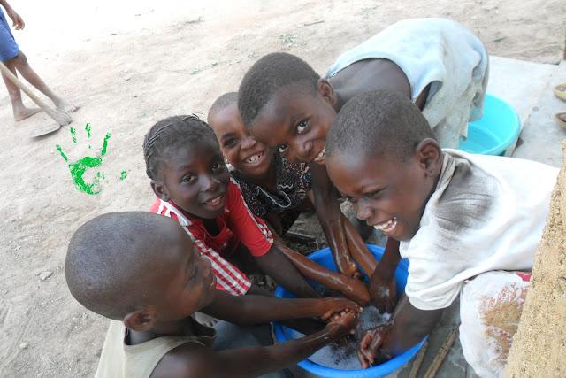 I bambini della Missione in Togo si lavano le mani prima di iniziare a fare i rosari
