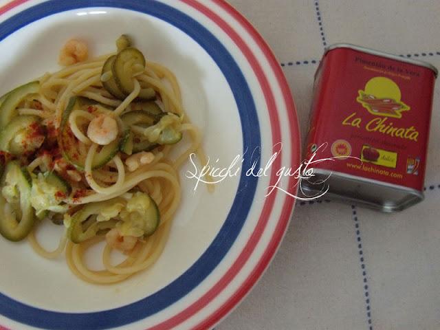 Spaghetti con zucchine gamberi e paprika