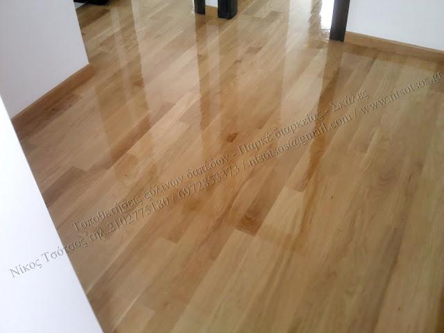 Συντήρηση με γυαλιστερό βερνίκι σε δρύινα ξύλινα πατώματα