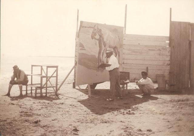 pintando caballos en la playa