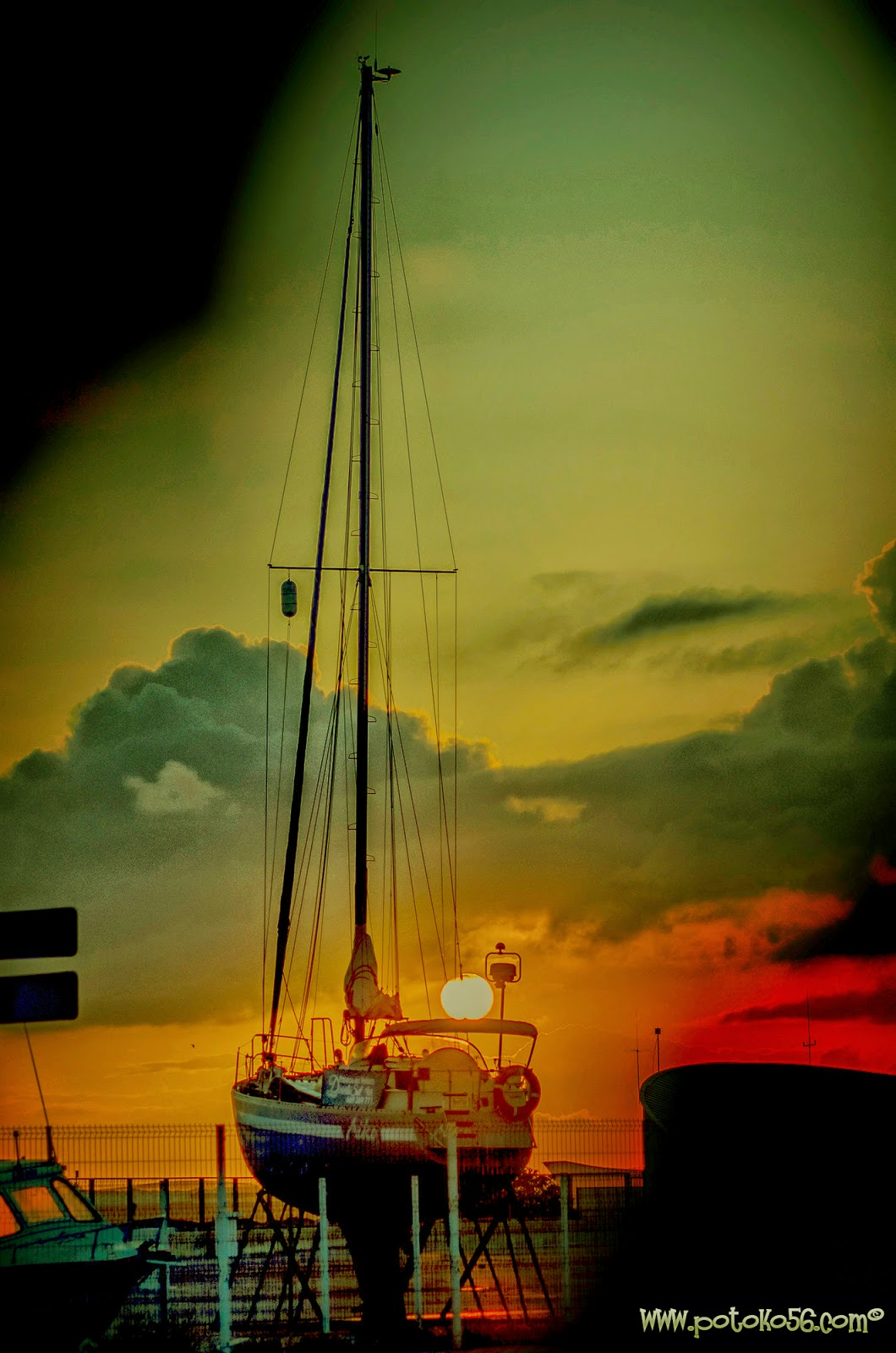 un yate en marina seca en el puerto de Rota