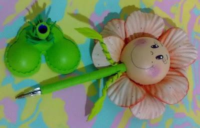 canetas bic decoradas em e.v.a utilizando o frisador. flores grande com rostinho