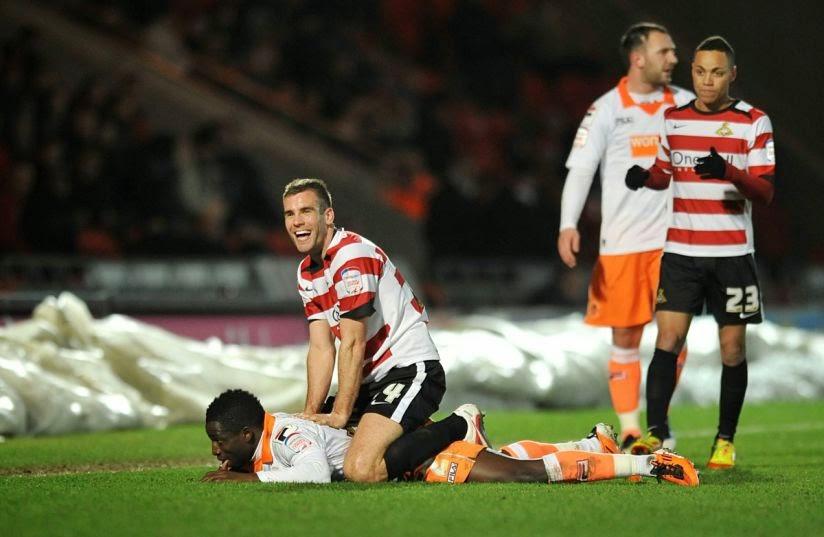 smešna slika: fudbaler leži na protivnika