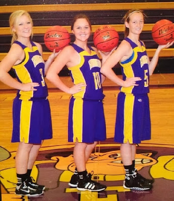 sexy chicas jugadoras de basketball haciendo un shocker