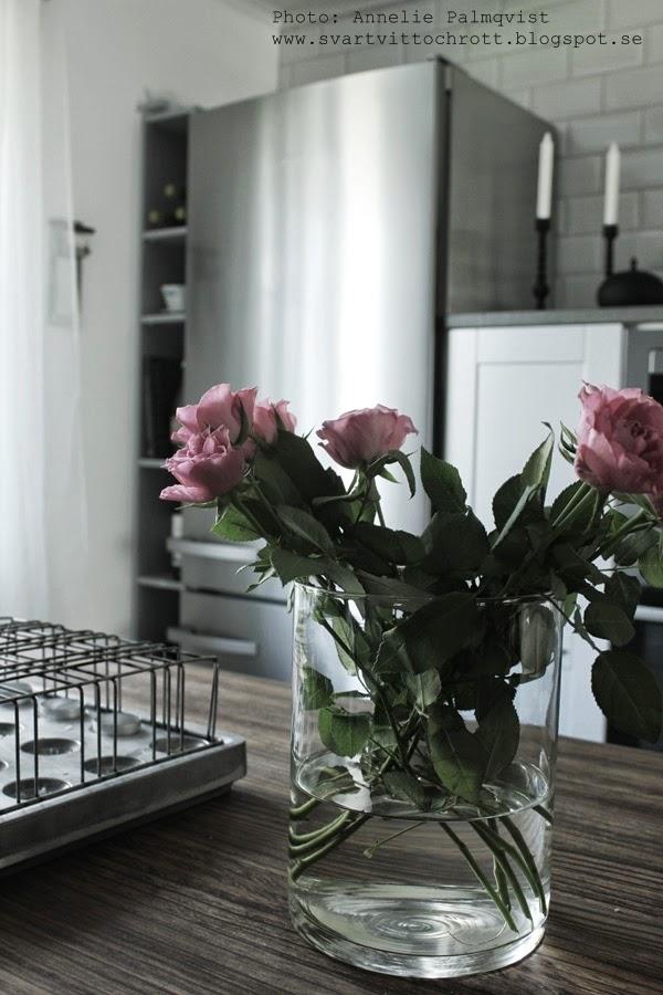 kök, industrikök, vitt kök, grått kök, rosa rosor, snittblommor, köksö, stumpastake, extra brett kylskåp, hth, gråa köksluckor, inredning, interiör,