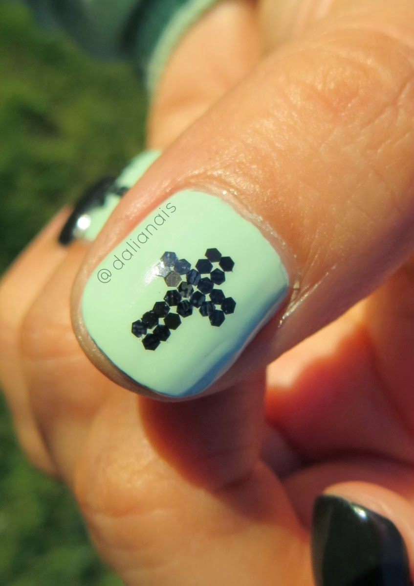 Coloreando mis Uñas: Uñas de la Semana: Accent Cross Nail Art