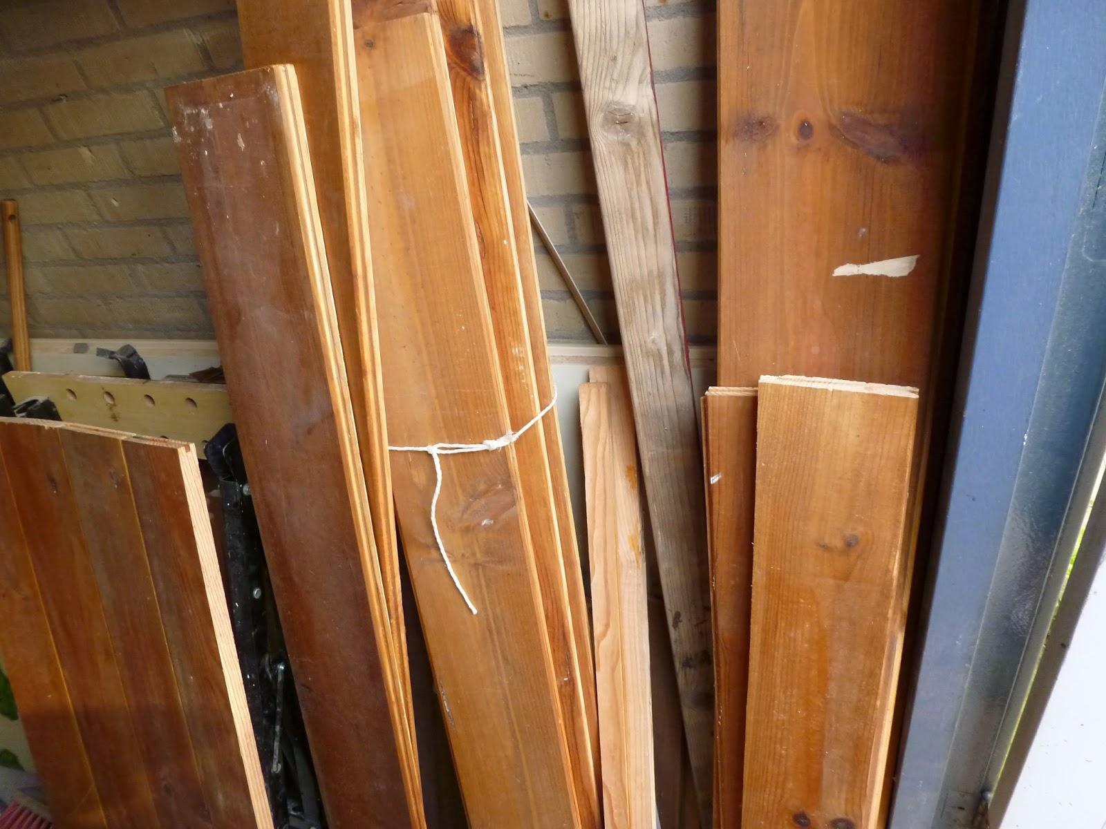 Creatief hergebruiken recycle als hobby van oude planken naar een nieuwe sloophouten salontafel - Keukenmeubelen hout recyclen ...