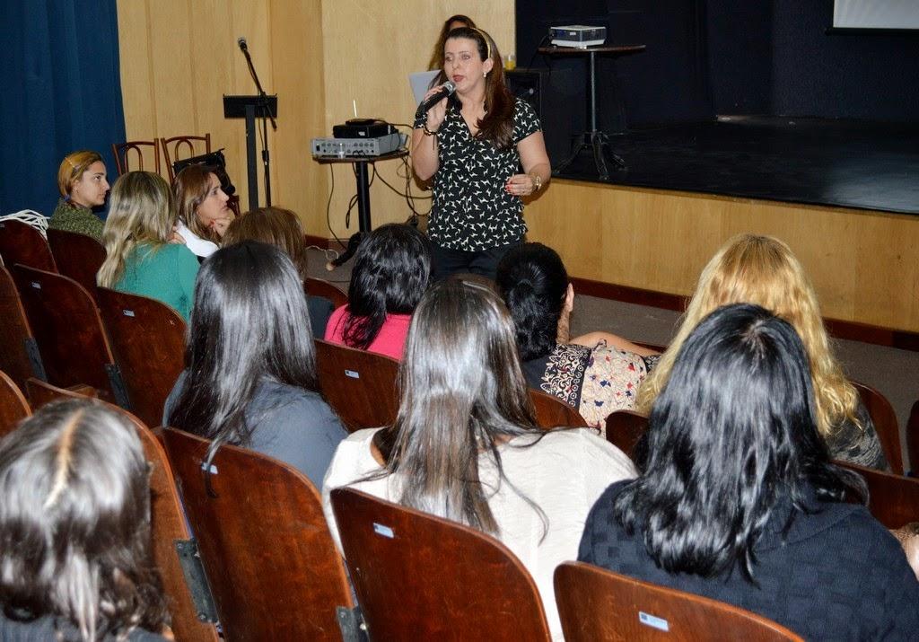 Professores da rede municipal na palestra sobre 'Sexualidade na escola' com a professora Gabriella Friedman Mattos na abertura da II Semana da Educação