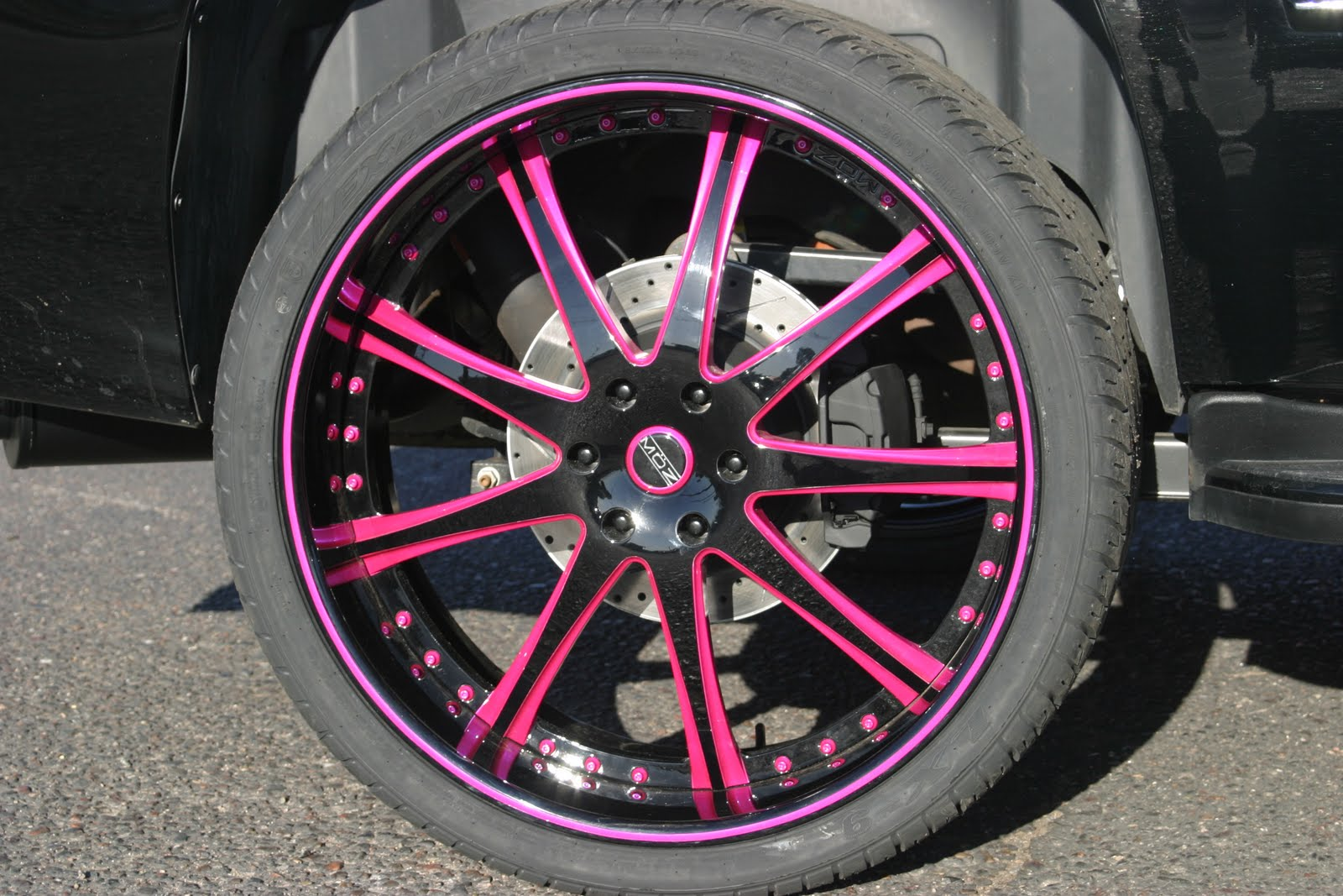 http://2.bp.blogspot.com/-0PvlEMEphg8/TcGCX1aLFtI/AAAAAAAAATw/PlhFcpTJhw4/s1600/escalade_caddy_caddilac_black_pink_purple_los_angeles_wheels_rims_luxury_cute_moz_.JPG