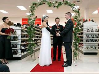 Pernikahan unik di supermarket