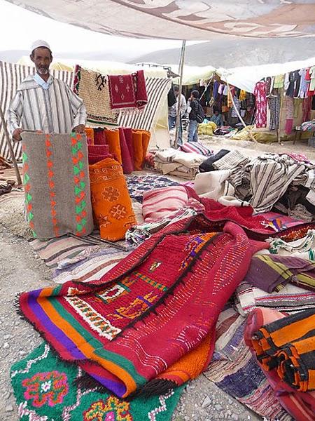 targ z marokwńskimi dywanami w maroko