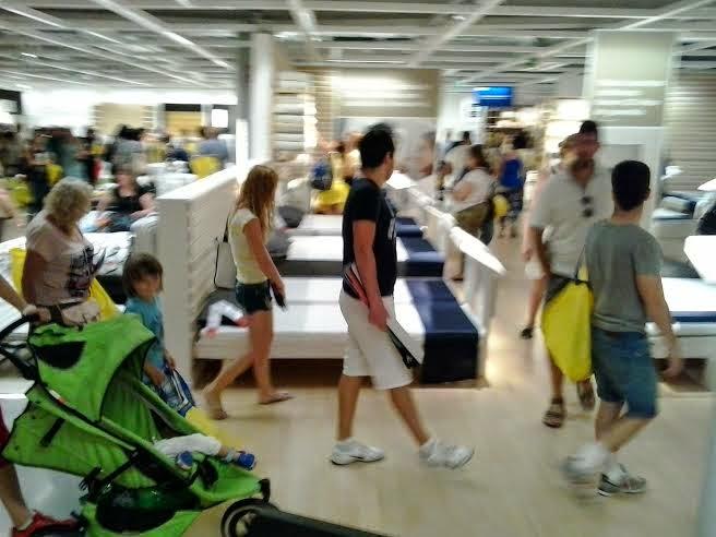 clientes de ikea valencia pasean por la tienda