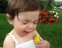 ekspresi bayi makan jeruk