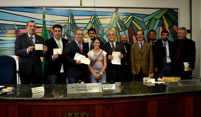 """Vereadores de Teresópolis recebem cartas de estudantes do Projeto """"Os Três Poderes"""""""