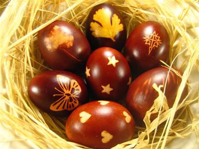 Huevos de Pascua impresos y teñidos naturalmente