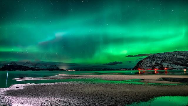 Reisafjorden, Na Uy đắm chìm trong cực quang vào ngày 2/1/2014 vừa rồi. Cực quang thường xuất hiện với hình dạng như là những chiếc màn rèm cửa, đôi khi có hình dạng xoắn ốc. Thường thấy nhất của cực quang là màu xanh lá, đôi khi là màu hồng-đỏ-tím. Tác giả : Tor-Ivar Næss.