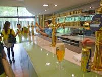 製造工程見学後は、ビールが3杯無料で試飲できる。