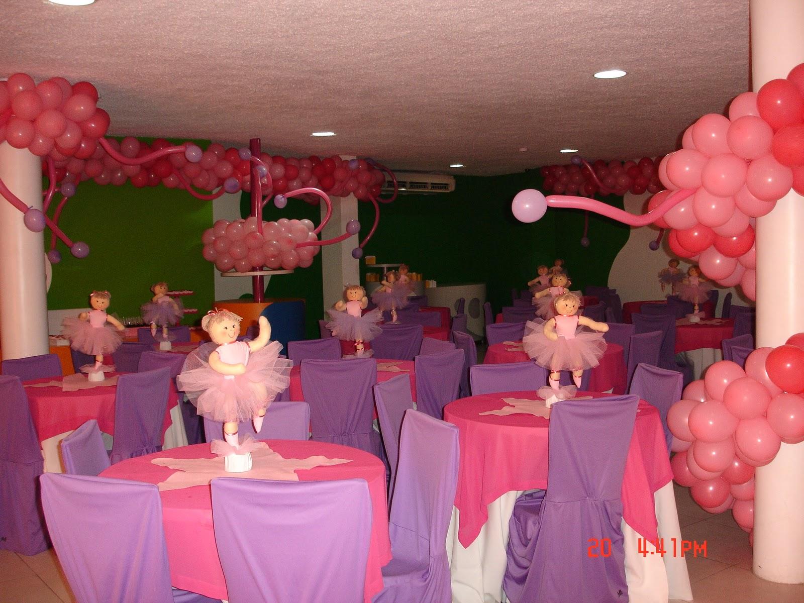 Visual geral das mesas dos convidados e enfeites.