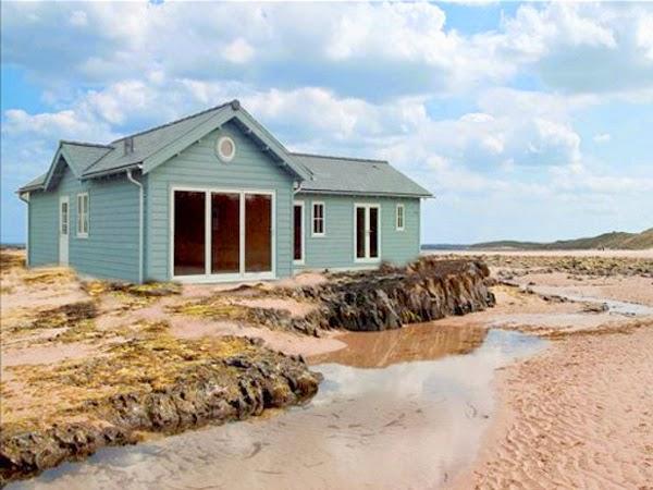 Niebieski dom na plaży