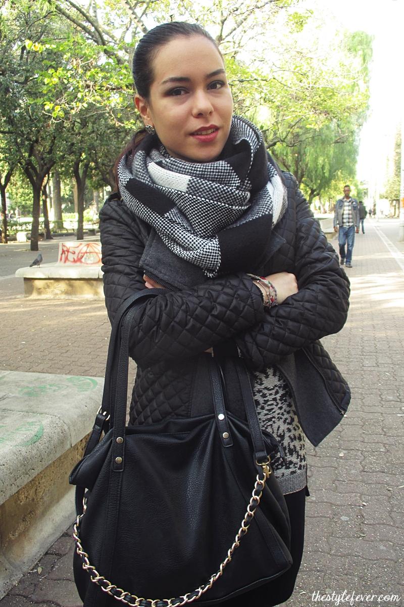 Outfit grigio, leggings e maglioncino, sciarpa Stradivarius a quadri bianca e nera, maglione animalier, Donatella De Paoli, stivaletti catena oro, biker boots, fashion blogger Bari