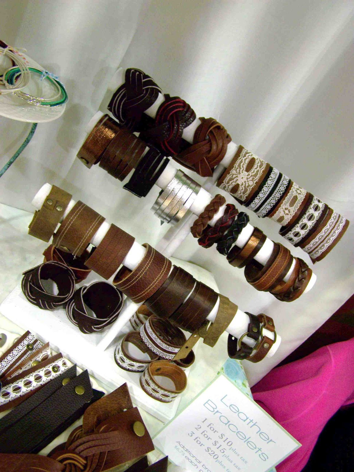 http://2.bp.blogspot.com/-0SCQ5nwjzJQ/UL7Xw9REuuI/AAAAAAAAHQw/zHCeD4HGCa4/s1600/craft+fair+leather+bracelets.jpg