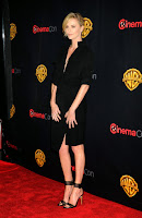 Charlize Theron posing for camerason the red carpet