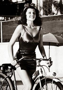 Rita, su bici, su bañador y su lazo