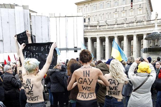Ativistas do grupo feminista Femen protestaram durante oração do Papa(Foto: Giampiero Sposito/Reuters)