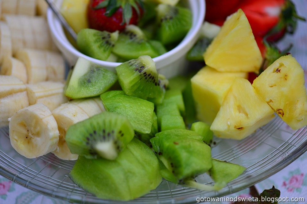Czekoladowe fondue ulubione owoce