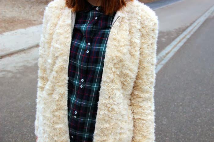 camisa cuadros en verdes y burdeos, abrigo pelo crudo