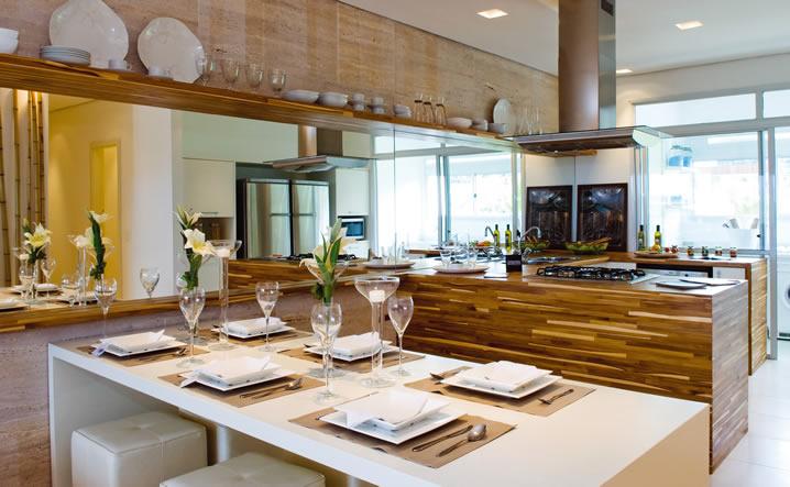 decorar cozinha rustica:Tons em madeira combinados com laca branca deixam o ambiente elegante