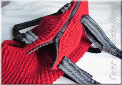 Bolsa para transporte de PET executada em crochê com lã acrílica