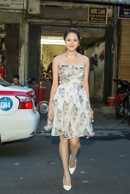 Tối qua, Á hậu Hoàng Anh đến dự buổi khai mạc triển lãm tranh và ảnh 'Tôi có bạn' của 'thần đồng' Đỗ Nhật Nam và 'Picasso Việt Nam' Vũ Tuấn Kiệt, diễn ra tại Hà Nội.