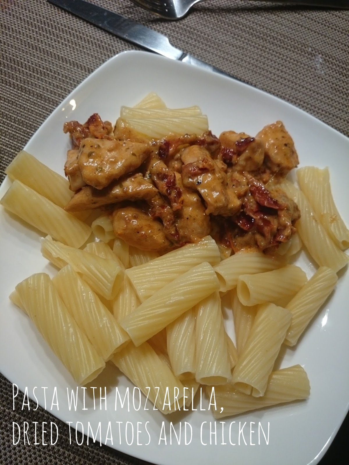 Pasta with mozzarella, dried tomatoes and chicken