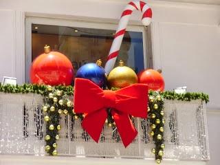 Decoraci n de un balc n en navidad colores en casa for Adornos navidenos para exteriores
