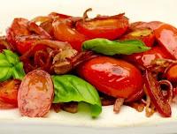 Salada Morna de Tomate-Cereja, Cebola-Roxa e Manjericão (vegana)