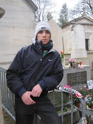 Carlos Pardo Núñez (alumno) en la tumba de Jim Morrison (París)