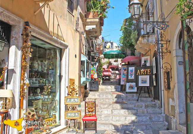Kunstvolle Gasse in Taormina