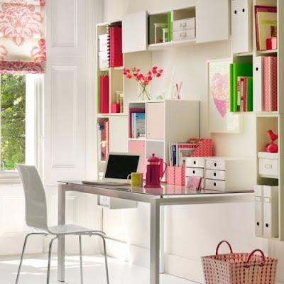 oficina en casa blanca y rosa