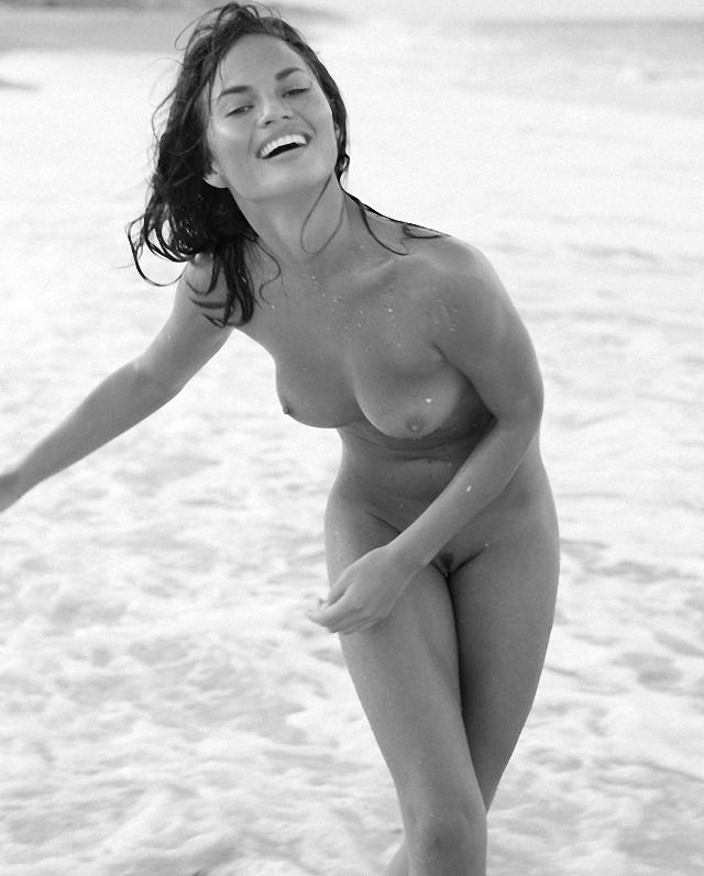 Chrissy Teigen ya esta desnuda
