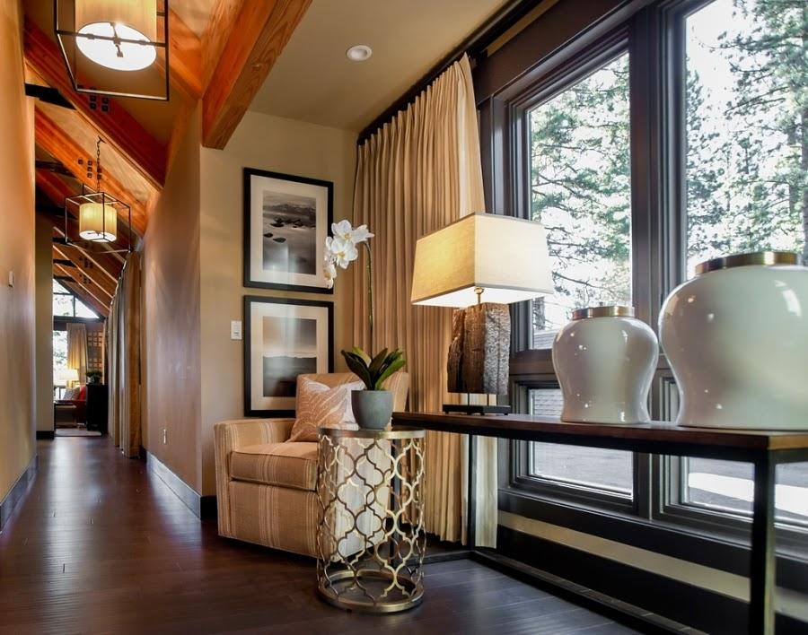 dom, wnętrza, wystrój wnętrz, dom drewniany, duże okna, styl klasyczny, przedpokój, grafika, lampa, fotel