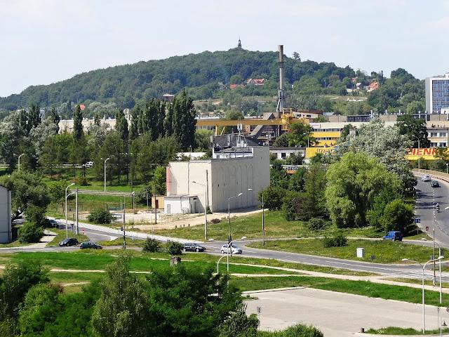 Widok na wzgórze Karczówka ze wzgórza Kadzielnia