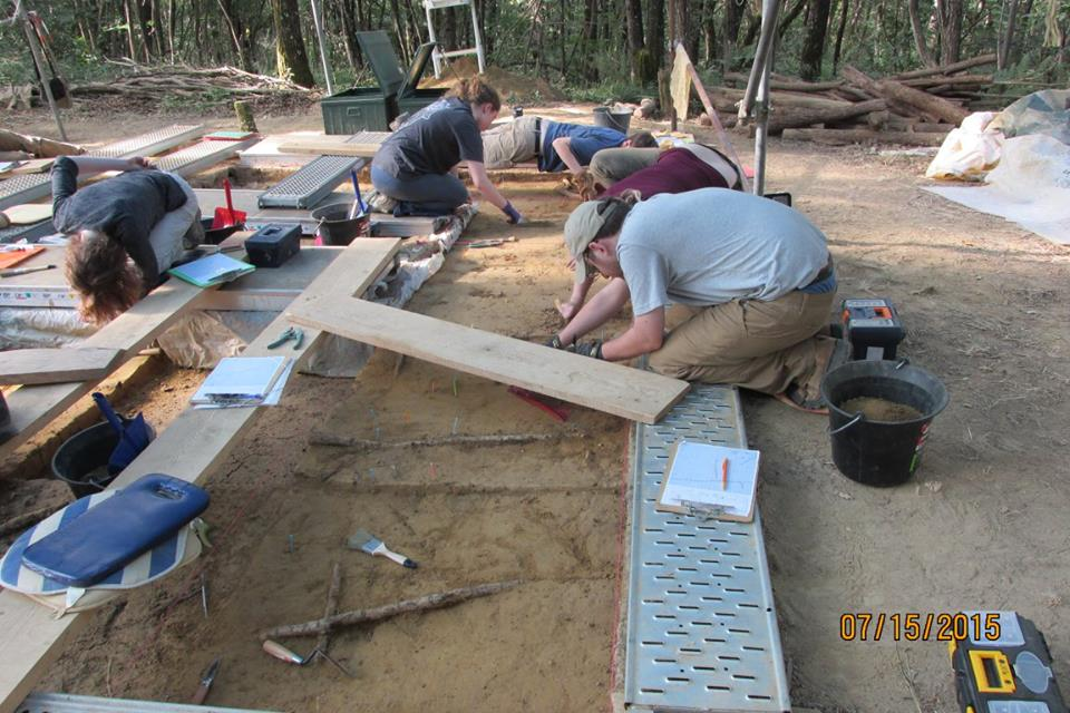 Fieldschool students excavating