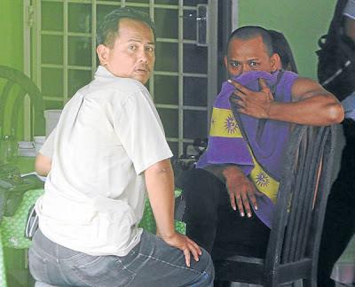 ANGGOTA polis bertanya sesuatu kepada Saiful Eszwan berhubung kejadian letupan bom di Ramuan China Besar, Alor Gajah kelmarin.