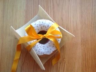 DIY felt food - a box of doughnuts - tutorial and pattern
