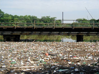 ilog na maraming basura