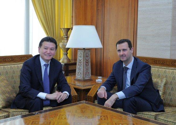 En avril 2012, le président de la FIDE visitait la Syrie, avec notamment un échange de 3 heures avec son président Bachar el-Assad à Damas