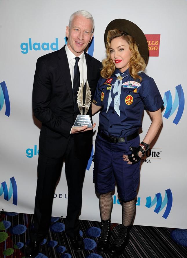 Madonna ao lado do jornalista Anderson Cooper (Foto: AP)