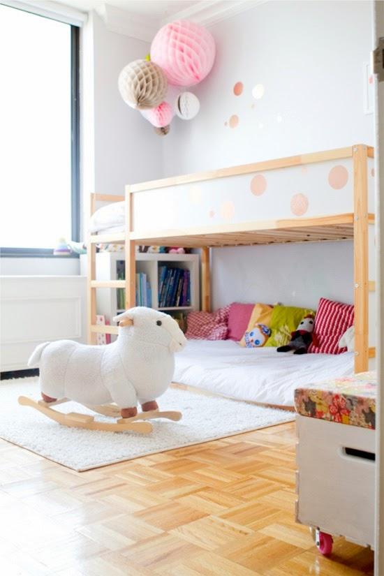 Cama kura de ikea en dormitorio para ni a blanco rosa y - Dormitorio nina ikea ...